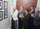 El periodista José Antonio Aybar devela su fotografía en la Galería de expresidentes.
