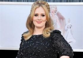 """La cantante Adele llega a la ceremonia de los premios Oscar en Los Angeles, el 24 de febrero de 2015. Adele ha vendido 2,3 millones de copias de su nuevo álbum, """"25"""", sólo en Estados Unidos, en los tres primeros días que ha estado el material en el"""