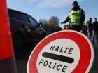 Un policía francés detiene el tránsito en el paso fronterizo entre Francia y Bélgica en Neuville-en-Ferrain, al norte de Francia el lunes 23 de noviembre de 2015. La policía belga lanzó más redadas en Bruselas el lunes y detuvo a cinco sospechosos