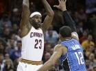 LeBron James (23) de los Cavaliers de Cleveland pasa el balón frente a Tobias Harris del Magic de Orlando el lunes 23 de noviembre de 2015. (AP Foto/Tony Dejak)