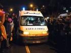 Una ambulancia se dirige al lugar de la explosión en un autobús en el centro de la capital de Túnez.