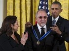 Gloria y Emilio Estefan al recibir la Medalla de la Libertad por parte del presidente Barack Obama.