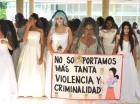 Mujeres vestidas de novia protestaron en la UASD contra violencia de género.