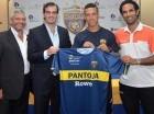 Quique Costa (der.) y los directivos de Pantoja presentan a Revainera.