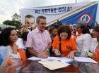 Luis Abinader al firmar el documento en que se comprometió a impulsar políticas públicas para erradicar la desigualdad de género y la violencia en contra la mujer.