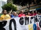 Estudiantes gritan consignas contra el gobierno, mientras participa en una manifestación de apoyo a las elecciones legislativas en Venezuela, en Caracas, el sábado 21 de noviembre de 2015.