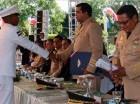Teniente General Máximo William Muñoz, ministro de Defensa, inicia entrega de diplomas a los graduandos.