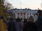 Varias personas afuera de la Casa Blanca después que el Servicio Secreto arrestó a un hombre sorprendido saltando la cerca mientras el presidente Obama y su familia festejaban el Día de Acción de Gracias.