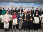 """Al centro, Melba Segura de Grullón, junto a varias personalidades, posan junto a los ganadores del """"Premio Ecológico a la Siembra de Agua""""."""