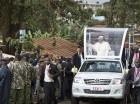 El papa Francisco saluda a los residentes mientras se dirige a la iglesia de San José Trabajador en el barrio pobre de Kangemi en Nairobi, Kenia, el viernes 27 de noviembre de 2015. El pontífice se encuentra en Kenia en su primer viaje a África, un per
