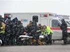 Bajo una nevada ligera, personal de emergencia lleva a un agente herido hasta una ambulancia durante un tiroteo cerca de una clínica de Planned Parenthood en Colorado Springs, Colorado.