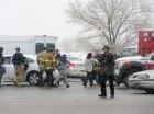 Una mujer es llevada a lugar seguro por personal de emergencia después de informes sobre disparos cerca de una clínica de Planned Parenthood en Colorado Springs, Colorado.