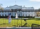 En esta foto de Vanessa Pena, un hombre saluda luego de saltar una cerca en la Casa Blanca. El presidente Barack Obama, su esposa e hijas se encontraban en la residencia para feriado Acción de Gracias.