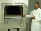 El encargado del horno crematorio, Juan Carlos Bautista, explica cómo funciona el aparato en Parque del Prado.