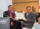 presidente de la Comisión Electoral de la ADP, Gilberto Almonte, entrega una placa de reconocimiento a Roberto Rosario Márquez, presidente de la JCE.