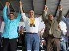Los deportistas entrega entregaron a Luis Abinader de sus medallas de oro de manera simbólica.