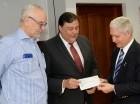 Lionel Senior, viceministro administrativo de la Presidencia, hace entrega de un cheque como parte de los recursos para Serie del Caribe.