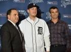 El gerente general Al Ávila (izquierda), el pitcher Jordan Zimmermann y el mánager Brad Ausmus posan tras los Tigres de Detroit presentar al jugador que contrataron por 110 millones de dólares y cinco años.