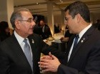El presidente Danilo Medina comparte con uno de sus homólogos en París, Francia.