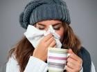 El virus se propaga con frecuencia cuando una persona toca algo contaminado y luego se toca los ojos, la nariz o la boca.