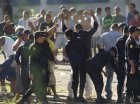 Policías revisan a presos luego que las autoridades tomaran el control de la cárcel la Granja de Rehabilitación Canadá, en Escuintla, Guatemala.