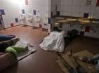 Migrantes cubanos duermen dentro de un baño público del edificio de control fronterizo en Peñas Blancas, Costa Rica, frontera con Nicaragua. Los gobiernos centroamericanos han convocado a una reunión de emergencia sobre la reciente crisis migratoria c