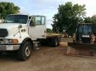 Camión y pala mecánica incautados que serían llevados ilegalmente hacia Haití.
