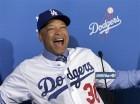 Dave Roberts sonríe durante la conferencia de prensa en que se le presentó como nuevo mánager de los Dodgers de Los Ángeles, el martes 1 de diciembre de 2015.