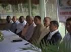 El reverendo Paulino Moya (centro) y directivos de ASOMEDIARROZ, además de funcionarios de FEDA.