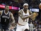El jugador de los Cavaliers, LeBron James, derecha, realiza un pase en un partido contra los Nets.