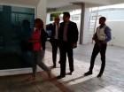 La jueza Awilda Reyes regresa a su casa, donde representantes del Ministerio Público practicaron un allanamiento. La suspendida jueza es el centro de un escándalo por supuestamente aceptar soborno para liberar reos.