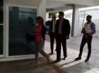 La suspendida magistrada Awilda Reyes a su llegada al edificio vive acompañada de sus abogados.