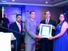 Orlando y Marta Vargas entregan el reconocimiento al doctor Jorge Azjana. Les acompaña, Rafael Cisneros.