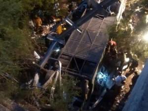 El vehículo, que transportaba a 60 gendarmes, se desbarrancó unos 15 metros en la zona de Balboa, a unos 20 kilómetros de la localidad salteña de Rosario de la Frontera, por causas que se desconocen.