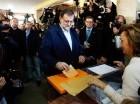 Mariano Rajoy mientras echa su voto en las elecciones de ayer.