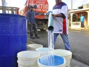En algunas comunidades deben comprar el agua en camiones.