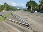 Desde el kilómetro 9, donde nace, hasta el cruce de La Penda, en La Vega, la principal autopista entre Santo Domingo y el Cibao tiene varios hoyos, mientras muchas barandas protectoras están destruidas, sin que hayan sido reemplazadas.