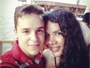 Fernando Machado tomándose una selfie con su pareja Diane Rodríguez en Guayaquil, Ecuador.