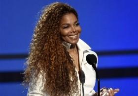 """Janet Jackson acepta el galardón """"símbolo máximo: música danza visual"""" durante la ceremonia de los premios BET en Los Angeles, el 28 de junio de 2015. La cantante anunció el jueves 24 de diciembre de 2015 que posponía las próximas presentacione"""