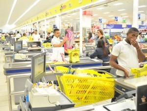Algunos supermercados anunciaron que asumirán por el primer mes el alza.