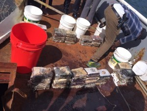Paquetes presumiblemente de cocaína o heroína decomisado por la DNCD en un barco con bandera de San Martín.