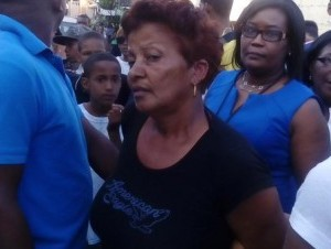Momentos en que es detenida María Minyetty, la mujer que aparece en un video golpeando a su nieta de unos tres años de edad, en el barrio 24 de Abril.