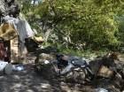 Las cuevas del parque ubicadas al borde de la avenida Cayetano Germosén son ocupadas por indigentes y delincuentes.