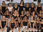 """Sindy Vargas, fundadora y directora de la academia """"Sindy Vargas Ballet School"""", junto a parte de sus alumnas."""