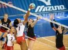El equipo de voleibol de República Dominicana (uniforme blanco y rojo) en el choque frente a Canadá.