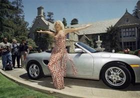Foto de archivo tomada el primero de mayo de 1997 de Victoria Silvstedt frente a un autómovil Porsche ante la Mansion en Beverly Hills, California.