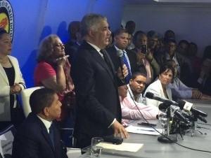 Miguel Vargas habla durante la juramentación.