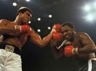 Ali (izq) durante su recordada pelea ante Frazier en Filipinas el 1 de octubre de 1975.