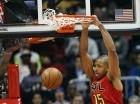 Al Horford (15) de los Hawks de Atlanta anota ante el Magic de Orlando el lunes 18 de enero de 2016.