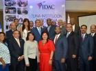 Herrera junto a personal del IDAC.